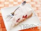 Рецепта Бисквитена торта Малинов йогурт с блат от масло и натрошени обикновени бисквити закуска и пълнеж от кисело мляко, компот от малини, ванилия и желатин